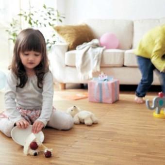 spelende kinderen op parketvloer